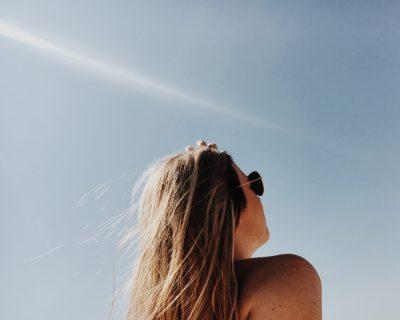 Chica con gafas como principal protección solar para los ojos