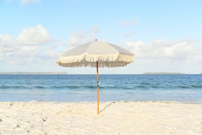 Sombrilla que nos protege del sol y nos evita alergia solar