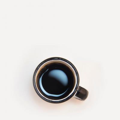 Taza de café con fondo de foto en color beige.