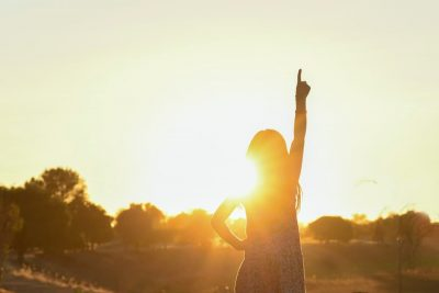 Una persona disfruta del sol con la protección de Avène