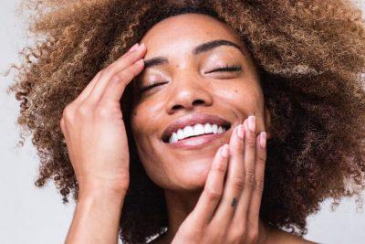 Una mujer cuida de su piel con los productos de MartiDerm