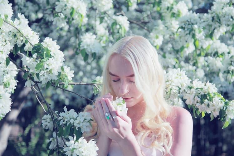 El ideal de belleza actual no es tan diferente del ideal de belleza de la Edad Media: por suerte, en el siglo XIV usaban polvo de plomo, y ahora usamos ácido glicólico de farmacia