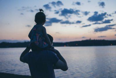 Fotografía de un hombre con un bebé a hombros para celebrar el Día del Padre