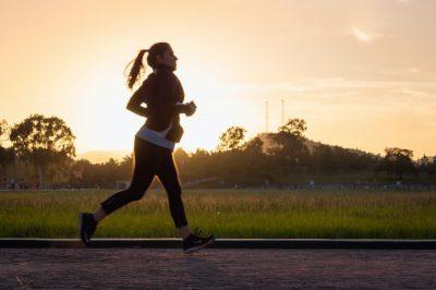 Foto de una mujer haciendo ejercicio para hablar de ciclo menstrual y actividad física