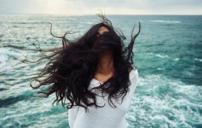 Imagen de una mujer con el cabello al viento después de usar un champú natural