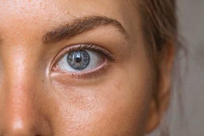 Imagen de una chica que lleva maquillaje con protección solar